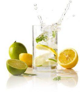 Vaso de agua refrescante con limas y limones. Hidratación y bienestar. Centro PRONAF